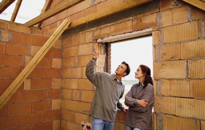 семья строит дом